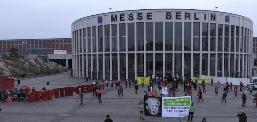 Anti-TTIP-Aktivisten begrüßen die SPD-Delegierten morgens um 8 Uhr vor dem Bundesparteitag der SPD