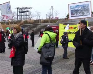 Auch der Berliner Wassertisch hat an der kleinen Aktion teilgenommen (Video: Campact)